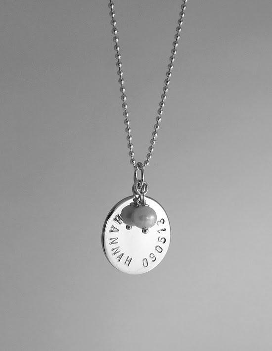 Ett vacker men enkelt namnhalsband av en rund bricka och en liten berlock.  Stansa namn och datum eller varför inte 2 namn. Du får givetvis välja färg  och ... 8d06dc7b5ef6f
