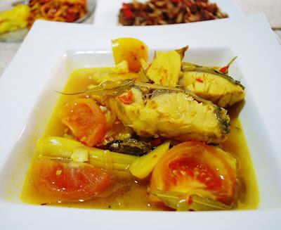food MANIA: Ikan masak asam, pekasam & ikan masin goreng, sambal kuini dengan terung bakar & timun