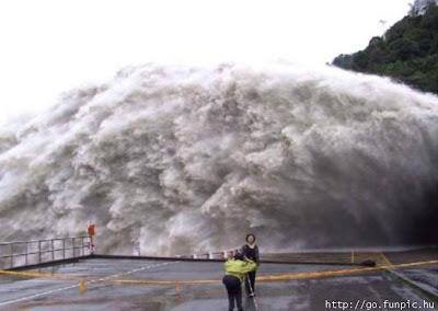 https://i2.wp.com/4.bp.blogspot.com/_SouUGRN03SI/SrI0iLBDOiI/AAAAAAAAAMY/BZR8rjOUiRc/s400/tsunami.jpg