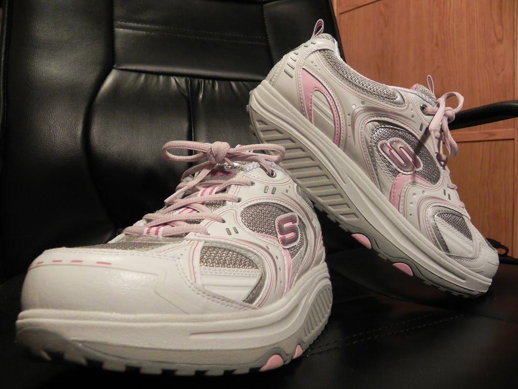 59a0a0761bf ... las Skechers Shape-Ups. Son unas zapatillas con una plataforma blanda