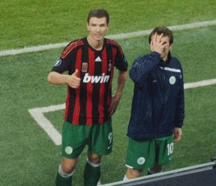 كرة قدم المهاجم الدولي البوسني إدين دزيكو يرغب في الانتقال إلى ميلان