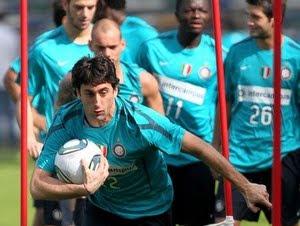 habisan kala Inter Milan melakoni berkelahi semifinal Piala Dunia Antar Klub  Terkini Hasrat Milito sabet trofi Piala Dunia Antarklub