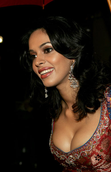 Bollywood Fan Mallika Sherawat Hot Deep Cleavage Photos And Wallpapers No Bra -4549