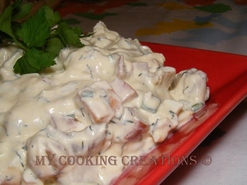 Млечна салата с мариновани гъби и заквасена сметана