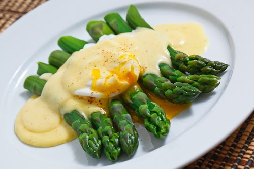 Asparagus with a Poached Egg in Hollandaise Sauce Recipe