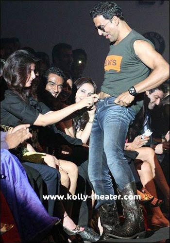 Akshay-Twinkle Khanna unbutton act