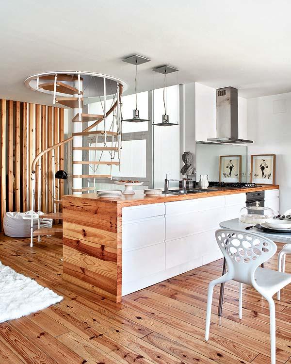 Carol m cocina con detalle en madera y escalera caracol for Escalera de cocina