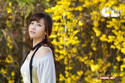 Korea Racing Super Model Girl, Gu Ji Sungs Cute Fashion with beautiful strapless