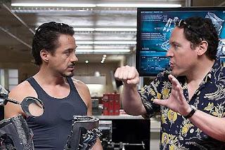 Jon Favreau dando instrucciones a Robert Downey Jr. en Iron Man