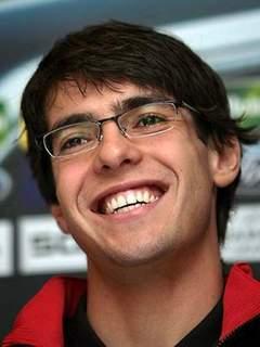 ... freqüentemente de óculos fora dos gramados. Kaká tem dois graus de  miopia, o que não o impede de ser considerado um dos melhores da posição no  mundo. 01b952f6af