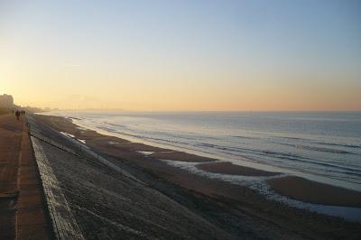 Dunkerque digue plage a marée haute par pierre-yves gires