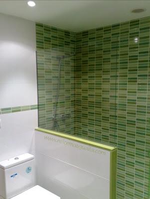 Reforma ba o con azulejo mosaico kroma verde blanco - Azulejos para ducha ...