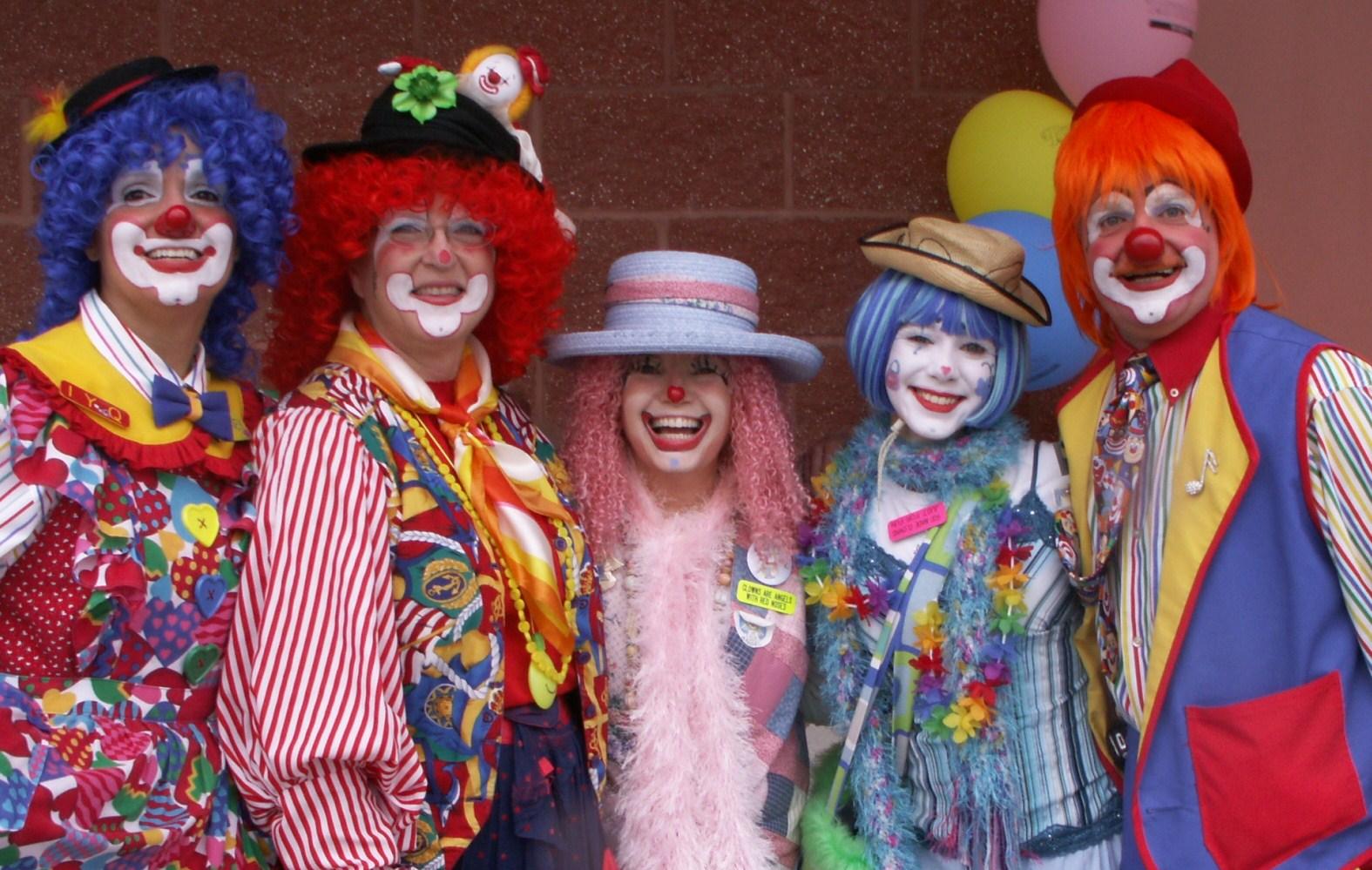 An alley of happy clowns | ⎝* *⎠Clowns⎝* *⎠ | Pinterest ...