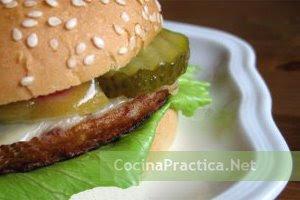 Hamburguesa casera con carne picada, lista para consumir.