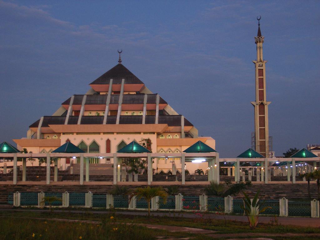 Masjid Sultan Batam Siapkan Jubah untuk Wisatawan Non-Muslim