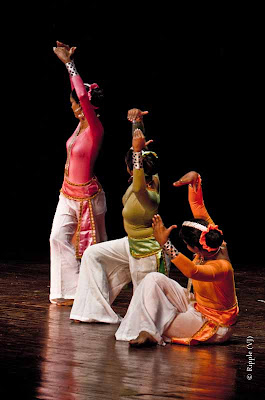 Posted by Ripple (VJ) : Dance Performance by Sri lankan folk dancers @ Kamani, Delhi : Intricate Postures