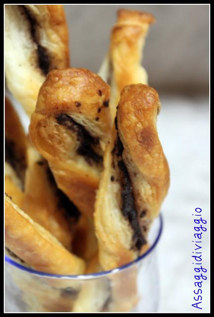torciglioni di pasta sfoglia con patè di olive nere