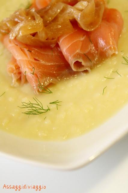 Crema di patate, finocchio e cipolle con salmone e scalogni