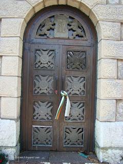 Вратата на костницата мавзолей при Родопската шипка