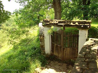 Задната врата на Земенския манастир