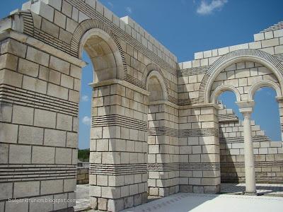 Поглед към реставрираните стени с орнаменти на базиликата