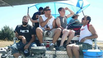 foto de miembros del rodaje en camara car