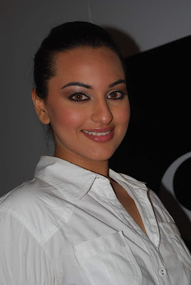 POONAM & SONAKSHI SINHA AT SHOPPERS STOP FASHION SHOW