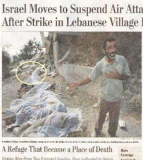 """O """"morto vivo"""", assinalado na foto, se prepara para """" morrer"""" diante dos fotógrafos."""