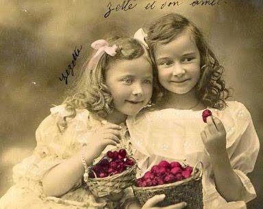 Carte postale ancienne : enfants aux cerises