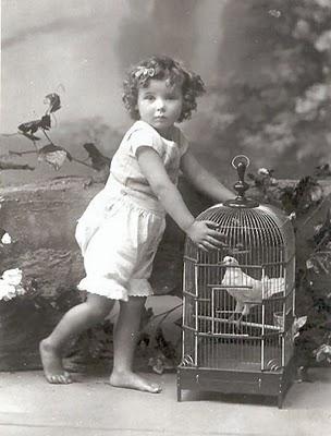 Carte postale ancienne, l'enfant et l'oiseau