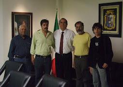 gabriel arellano en reunión con productores de queso.