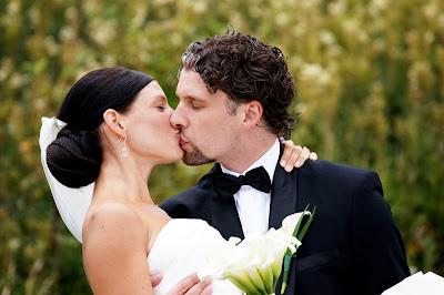 43c222017429 Ösregnet hindrade inte det här urtjusiga brudparet från att njuta av  varenda sekund av bröllopsdagen, så mycket kärlek och så mycket kyssar!