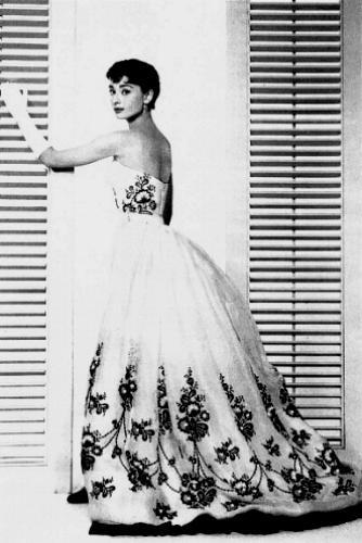 Google Image Result For Http 4 Bp Blogspot Com Y7fgnd8paa Tgimkx2ulti Aaaaaaaaalw Xgovxp J Audrey Hepburn Style Iconic Dresses Audrey Hepburn Sabrina Dress