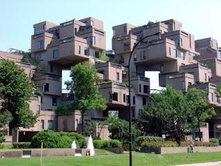 Нагромождение кубиков превратилось в чей-то дом.