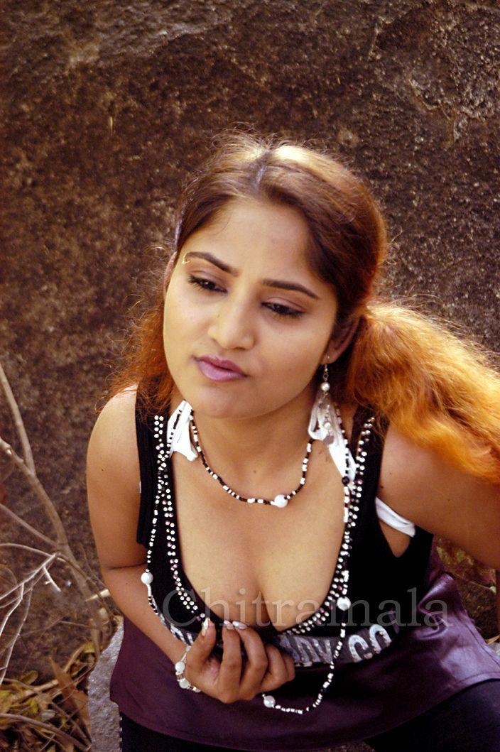 Masala Actress Priya Deep Cleavage Show-7751