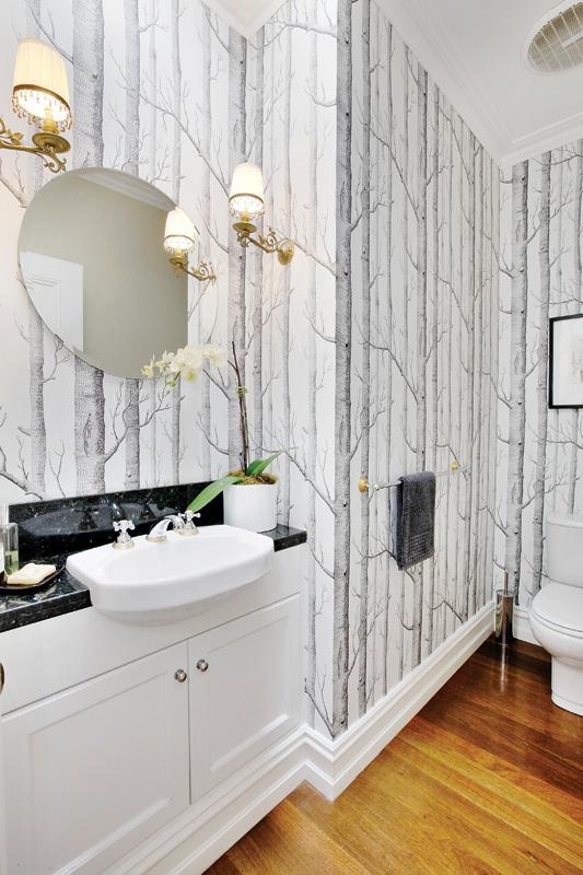 Lavabo com papel de parede e piso de madeira, blog Achados de Decoração