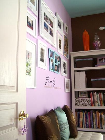 Home office com parede lilás e marrom. Blog Achados de Decoração