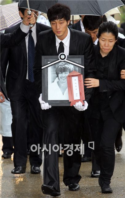 Lenglui Asia Singer And Actor Park Yong Ha Laid To Rest