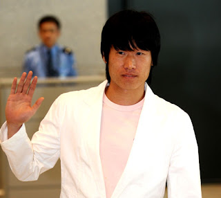 Park Ji-sung arrives back home