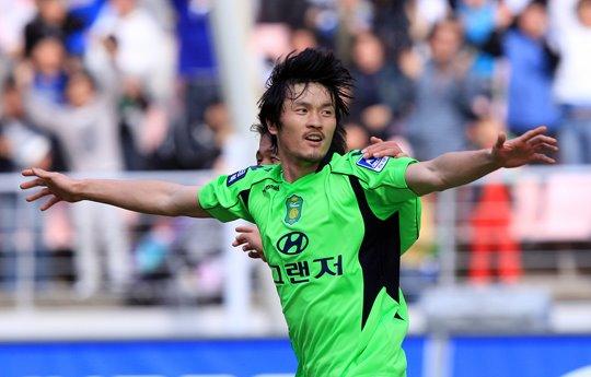Cho Jae-jin celebrates