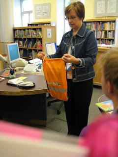 När barnen börjar första klass får de ett kort hem på posten med en  inbjudan att komma till biblioteket i sällskap med någon förälder och få  ett lånekort 834e31cc55625