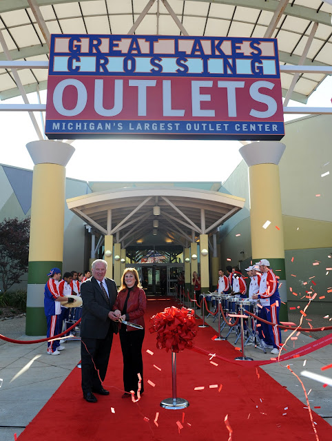 Oct 03,  · The Great Lakes Crossing Outlets is a great place to shop. It is huge, so plan for several hours, and more time if you plan to eat or visit the attractions inside in addition to the shopping. This Mall is clean and had a nice /5().