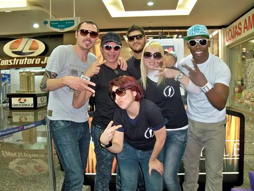 ea104aae78500 A Chilli Beans, maior rede brasileira especializada em óculos escuros,  lançou uma linha especial assinada por quatro dos mais importantes  estilistas da ...