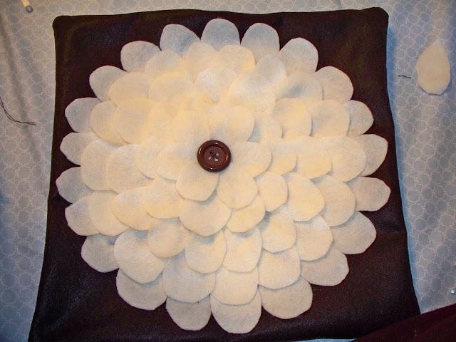 http://4.bp.blogspot.com/_cmDZYPo0r_c/TKUSVudqUaI/AAAAAAAAAcw/s6FiMjAdU70/s1600/Floral+Felt+Pillow+003.JPG