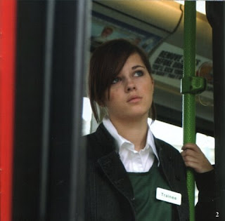 bella zagala en autobus