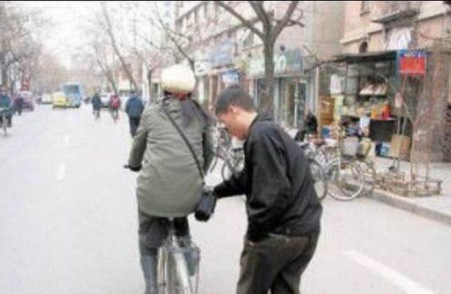 Foto Aksi Pencopet Di China Yang Terpotret Kamera - 9
