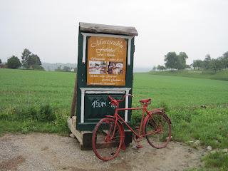 Nos encontramos este cartel con esta vieja bicicleta, seguro que tiene historias que contar