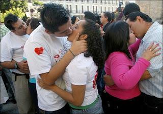 Besandose sin parar mientras su amiga las masturba a las dos - 2 part 7