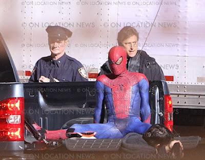spidermantrajemasdetalle 31 - Spidy trepandose como solo el lo sabe hacer.