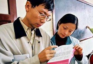 Cristianos chinos leyendo Biblia